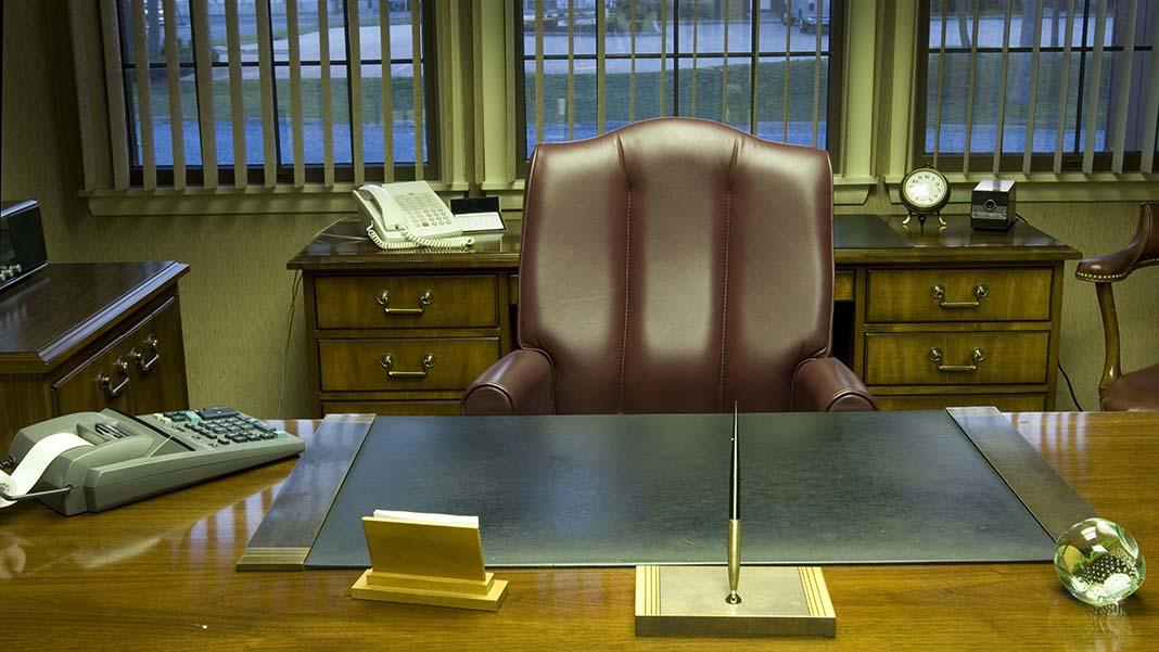 famous desks of the rich  u0026 genius